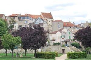 Le village de Carrieres-sur-Seine, dans les Yvelines, parc de la mairie de Carrières et maisons troglodytes